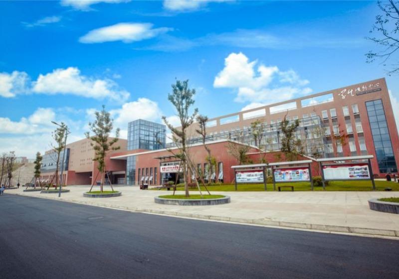 蔚蓝天空下的学院