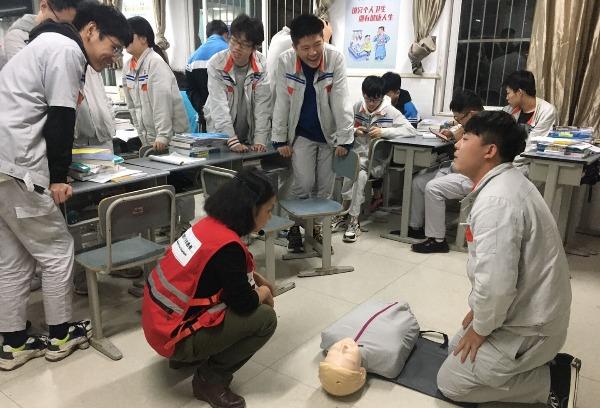 """为弘扬""""人道、博爱、奉献""""的红十字精神,红牌楼校区学生开展了应急救护知识培训。"""