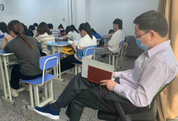 学院领导、督导专家深入本科生课堂推进教风、学风建设